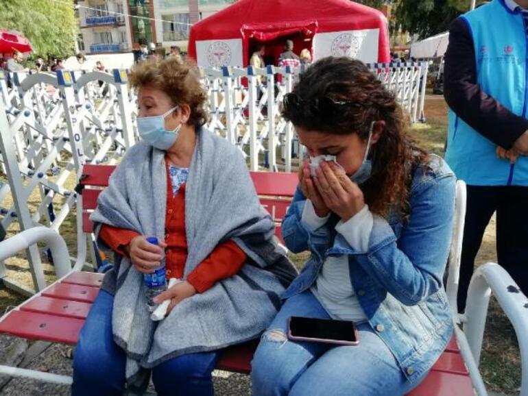 Koronavirüs nedeniyle ayrıldığı evinin depremde yıkıldığını gördü, komşuları için ağladı