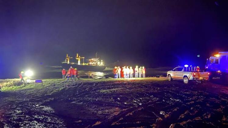 İstanbulda yük gemisi karaya sürükleniyor