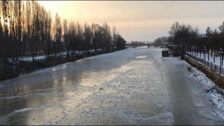 Bayburt'ta nehir ve göletler dondu